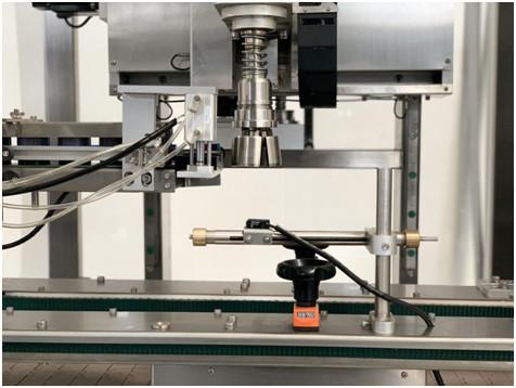 Podrobnosti o avtomatskem stroju za zategovanje pokrova