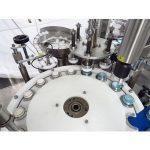 Avtomatski stroj za polnjenje in zapiranje smetane