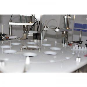 Avtomatski stroj za polnjenje in zapiranje kapljic