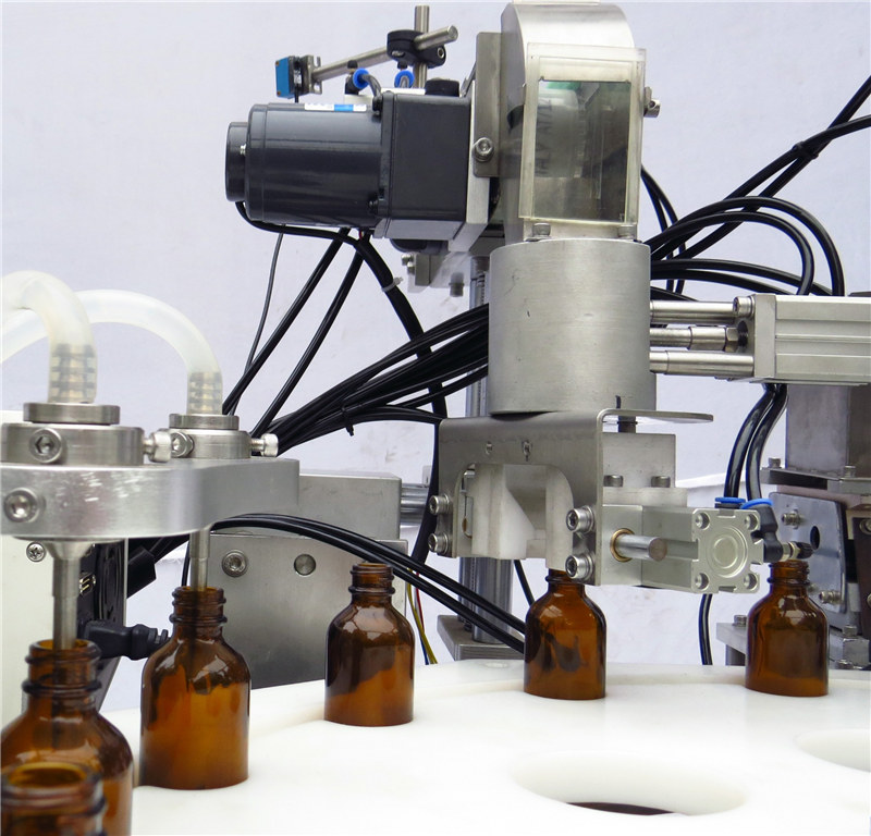 Stroj za samodejno polnjenje in zapiranje črpalk