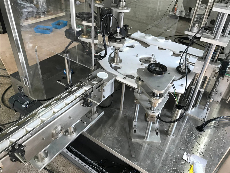 Stroj za avtomatsko tesnjenje in zapiranje vročega polnjenja