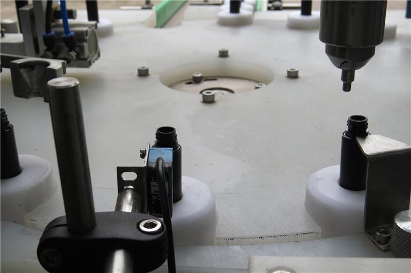 Stroj za samodejno polnjenje in zapiranje in zapiranje maskare