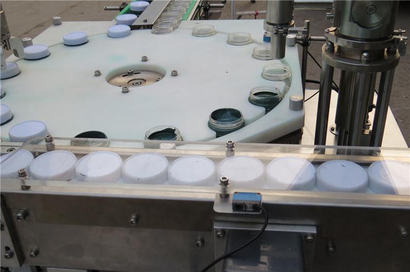 Avtomatski stroj za polnjenje in zapiranje pigmentov